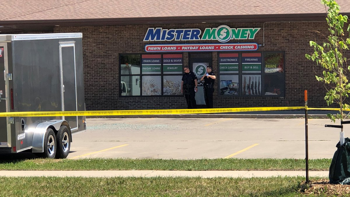 Employee charged for shooting at robbery suspect